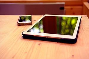 全員へiPhone、iPadの支給を行う